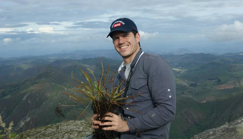 O botânico Paulo Gonella com um exemplar de uma Drosera
