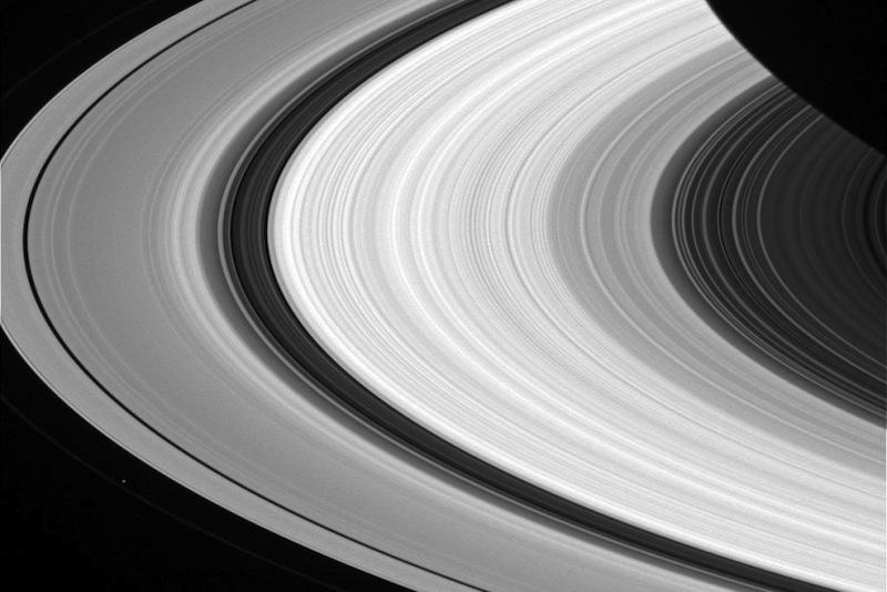 De longe, os anéis de Saturno parecem uma coisa sólida, homogênea e contínua.