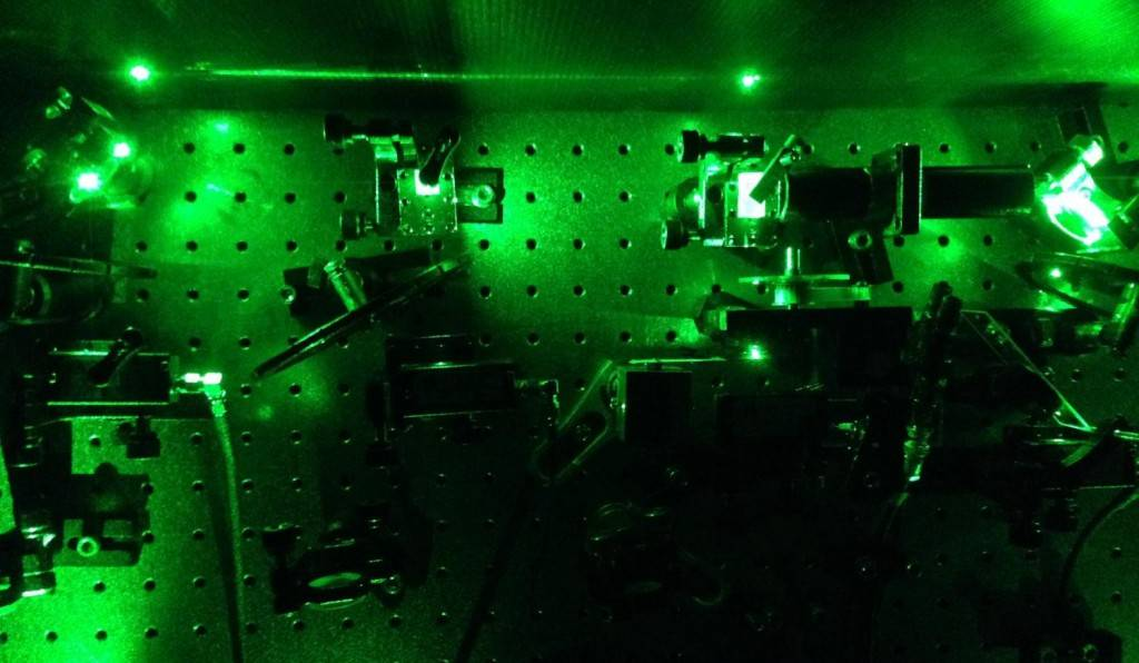 """Um laser é usado para excitar individualmente """"pontos quânticos"""", pequenos átomos criados artificialmente, para obter um único fotão """"espremido"""""""