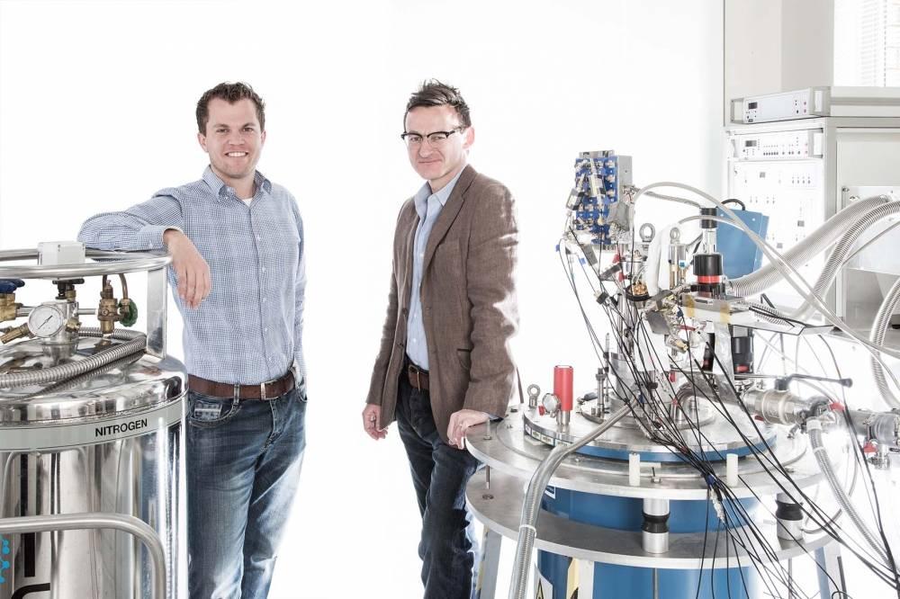 Menno Veldhorst (E) e o autor principal do estudo, Andrew Dzurak (D) no laboratório da UNSW onde as experiências foram conduzidas
