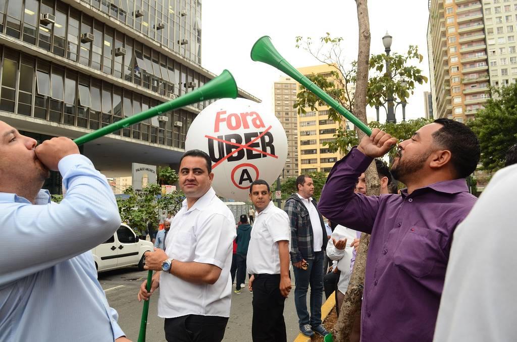 Manifestação dos taxistas contra o aplicativo Uber, em frente à Câmara Municipal de São Paulo