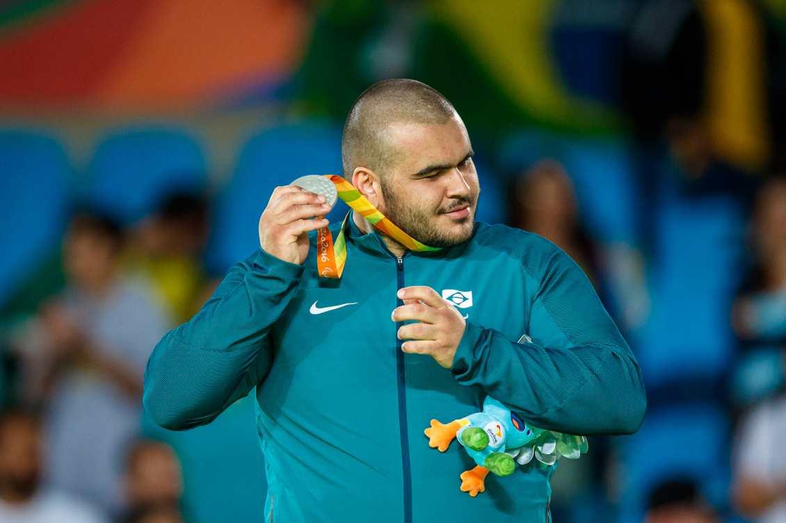 Wilians ouve o barulhinho da medalha de prata paralímpica, que ele conquistou na categoria +100kg