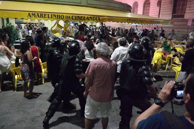 O tradicional bar Amarelinho, ao lado da Câmara Municipal do Rio de Janeiro foi invadido pela PM