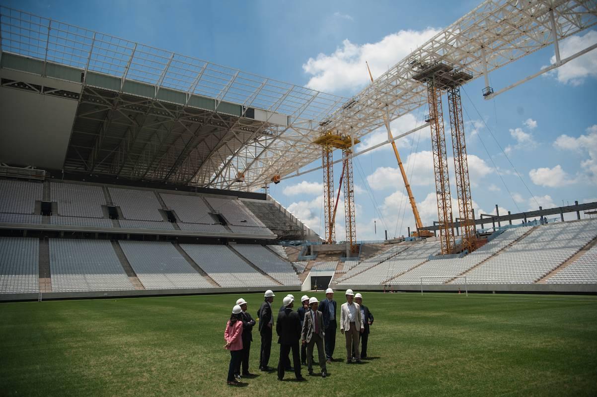Delegação liderada pelo secretário-geral da FIFA Jérôme Valcke e pelo ministro do Esporte Aldo Rebelo visitam a Arena Corinthians, que sediou a abertura da Copa do Mundo de 2014