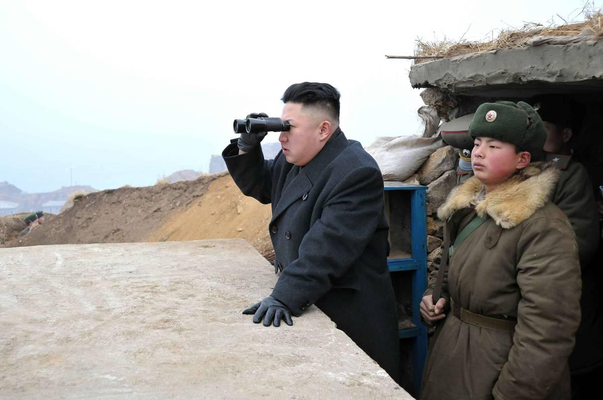 O líder da Coreia do Norte, Kim Jong-un, com militares norte-coreanos