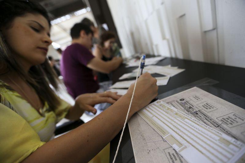 Eleitores que estão fora do domicílio eleitoral justificam ausência de voto no segundo turno em posto no centro da cidade