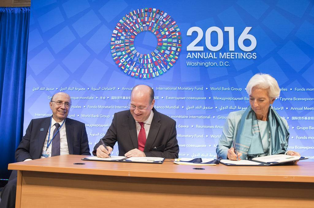 Presidente do BC, Ilan Goldfajn, e diretora do FMI, Christine Lagarde, assinam acordo.