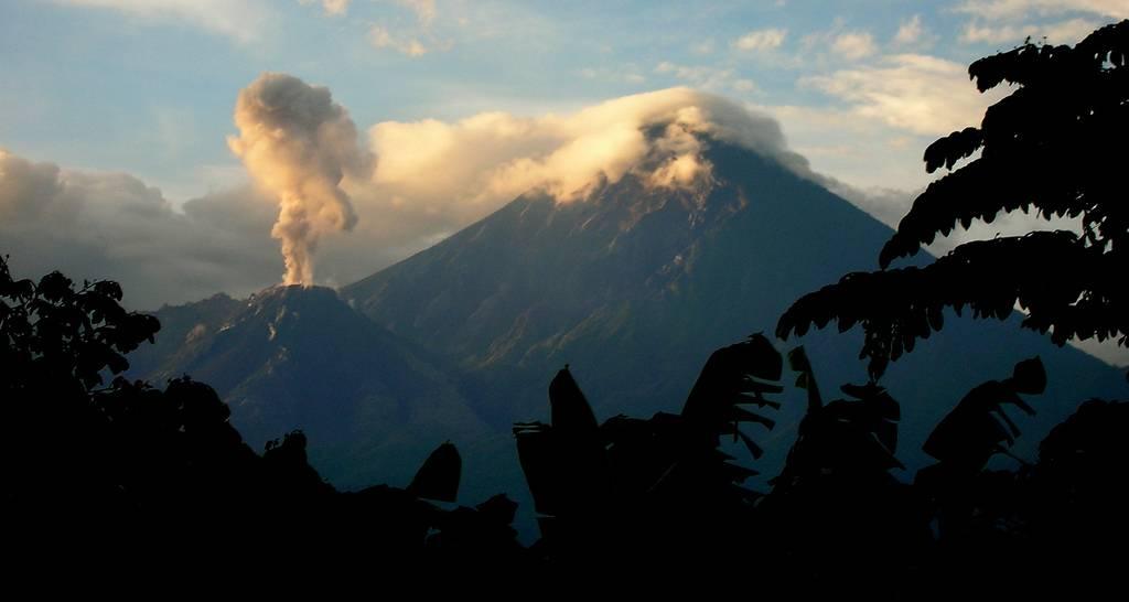 Erupção no vulcão Santiaguito, na Guatelmala, com o Santa Maria ao fundo