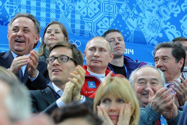 O ministro russo do Esporte, Vitaly Mutko à esquerda na foto), com o presidente do país, Vladimir Putin (ao centro)