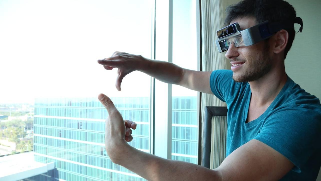 Meron Gribetz, fundador e CEO da Meta, com os óculos de realidade aumentada da empresa