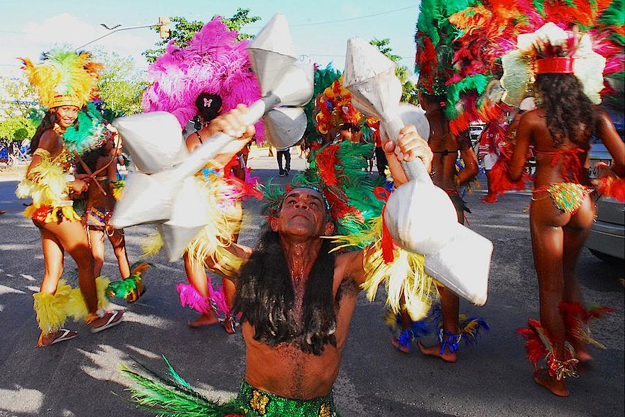 Apresentação dos Caboclinhos durante a folia do Rei Momo. A dança de origem indígena é uma das maiores representações do folclore brasileiro e seus primeiros registros datam de 1584.