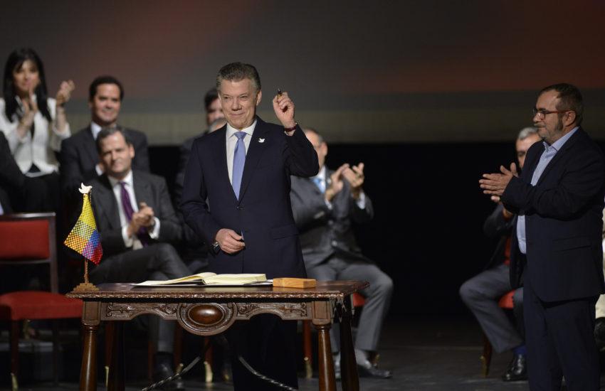 O Presidente da Colômbia, Juan Manuel Santos, assina o acordo de paz com as FARC, numa cerimónia no Teatro Colón de Bogotá.
