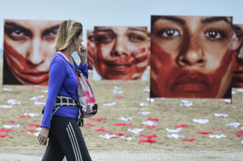 A ONG Rio de Paz promove, na Praia de Copacabana, ato público contra o abuso sofrido pelas mulheres