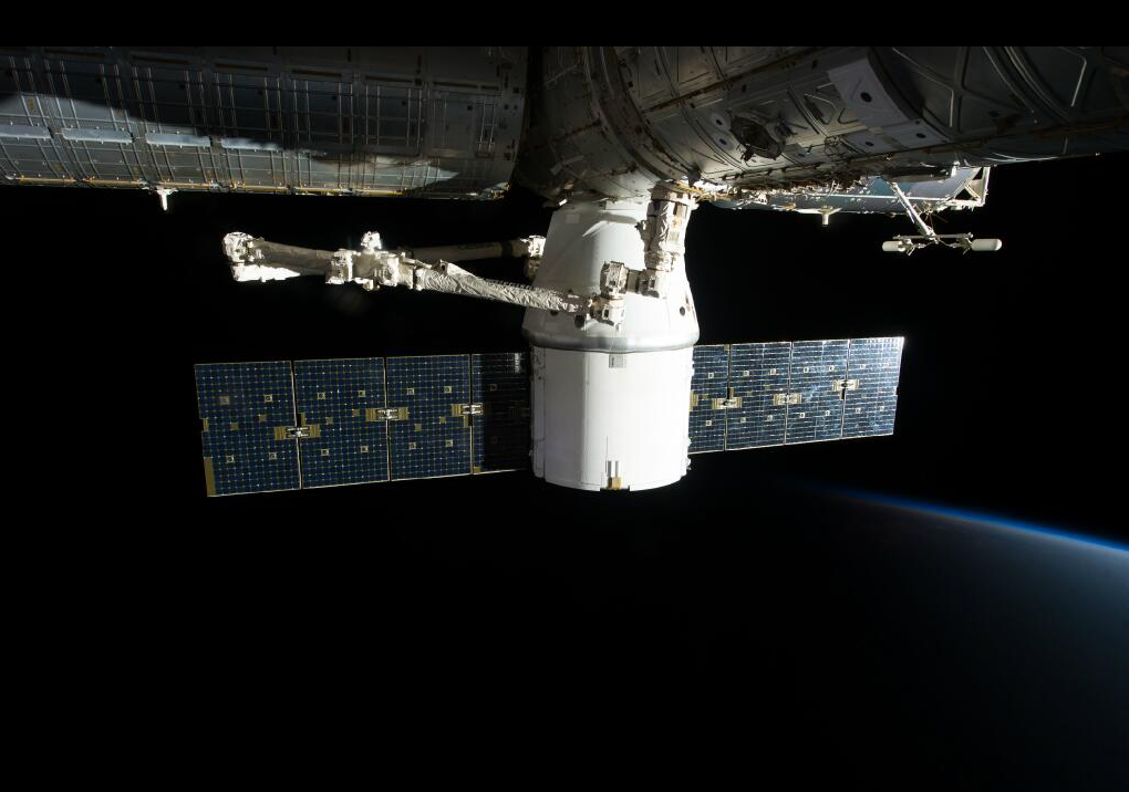 A nave Dragon acoplada na Estação Espacial Internacional. A SpaceX entrou para a história quando se tornou na primeira companhia totalmente privada a entregar um carregamento na ISS