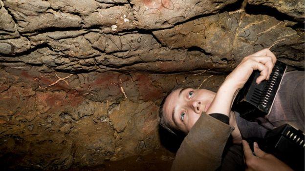 Genevieve von Petzinger passa dias inteiros em grutas de difícil acesso, estudando o que seria um misterioso código da Idade da Pedra