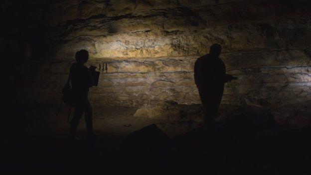 Acompanhada do marido fotógrafo, Genevieve von Petzinger explora a caverna de Cudon, na região espanhola da Cantábria