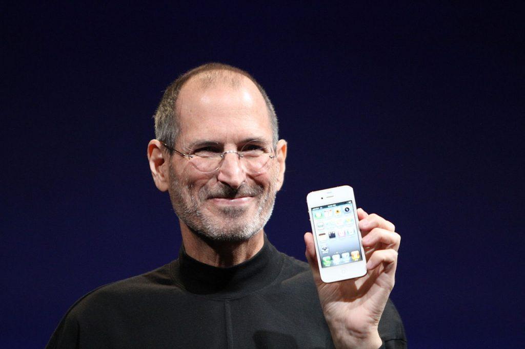 Steve Jobs mostra o iPhone 4. Esteve para não haver iPhone 1.