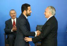 O presidente Michel Temer dá posse ao ministro da Cultura, Marcelo Calero, em cerimônia no Palácio do Planalto