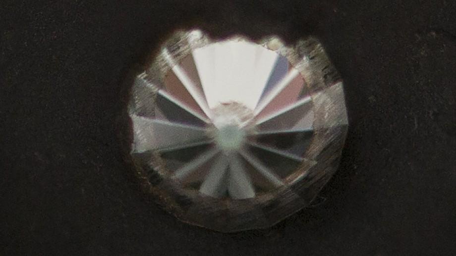 O diamante hexagonal é capaz de atravessar qualquer superfície