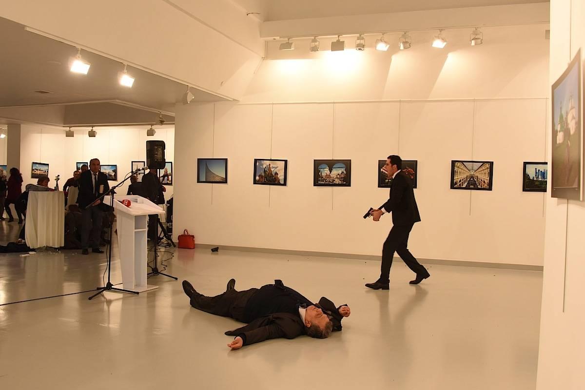 Mevlüt Mert Altintas assassina o embaixador russo na Turquia, Andrey Karlov