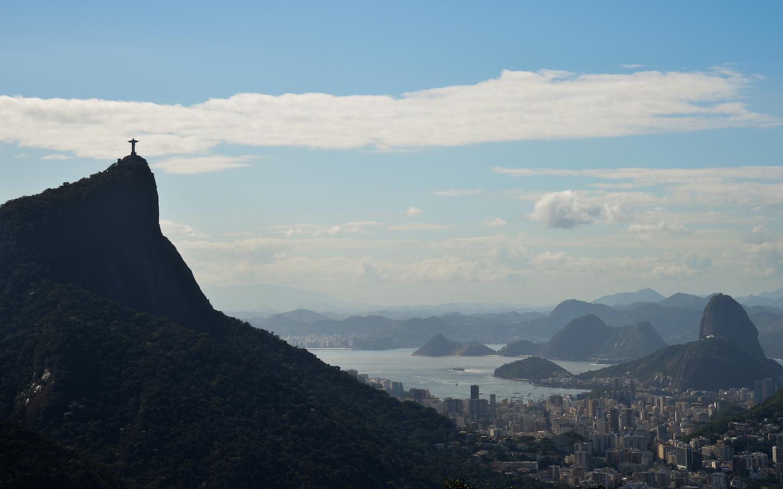 Panorama da cidade do Rio de Janeiro com destaque para as montanhas do Corcovado (esquerda), Pão de Açúcar (centro, ao fundo)