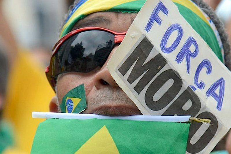 Rio de Janeiro - Manifestantes protestam na praia de Copacabana a favor da Lava Jato e do juíz Sergio Moro.