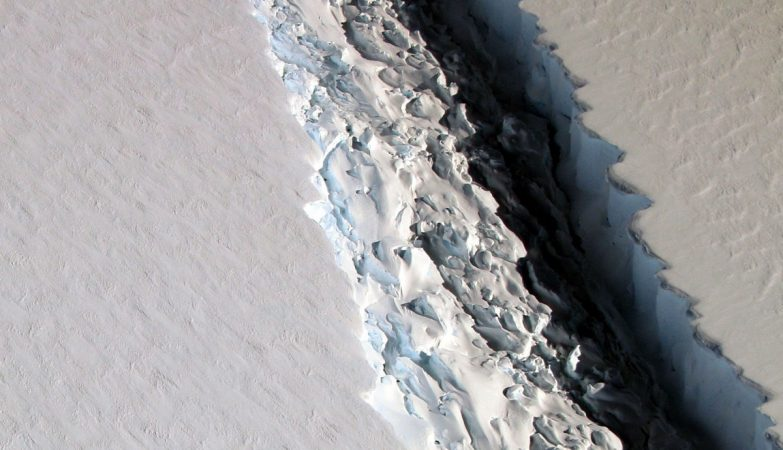Foto aérea da NASA revela uma enorme rachadura na geleira Larsen C