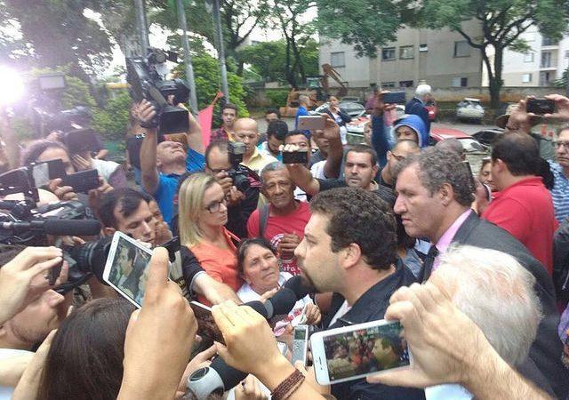 Guilherme Boulos fala a jornalistas logo após sua liberação da 49ª Delegacia de Polícia
