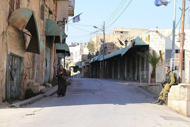 Um soldado israelense na Rua Shuhada, posto de controlo de Hebron