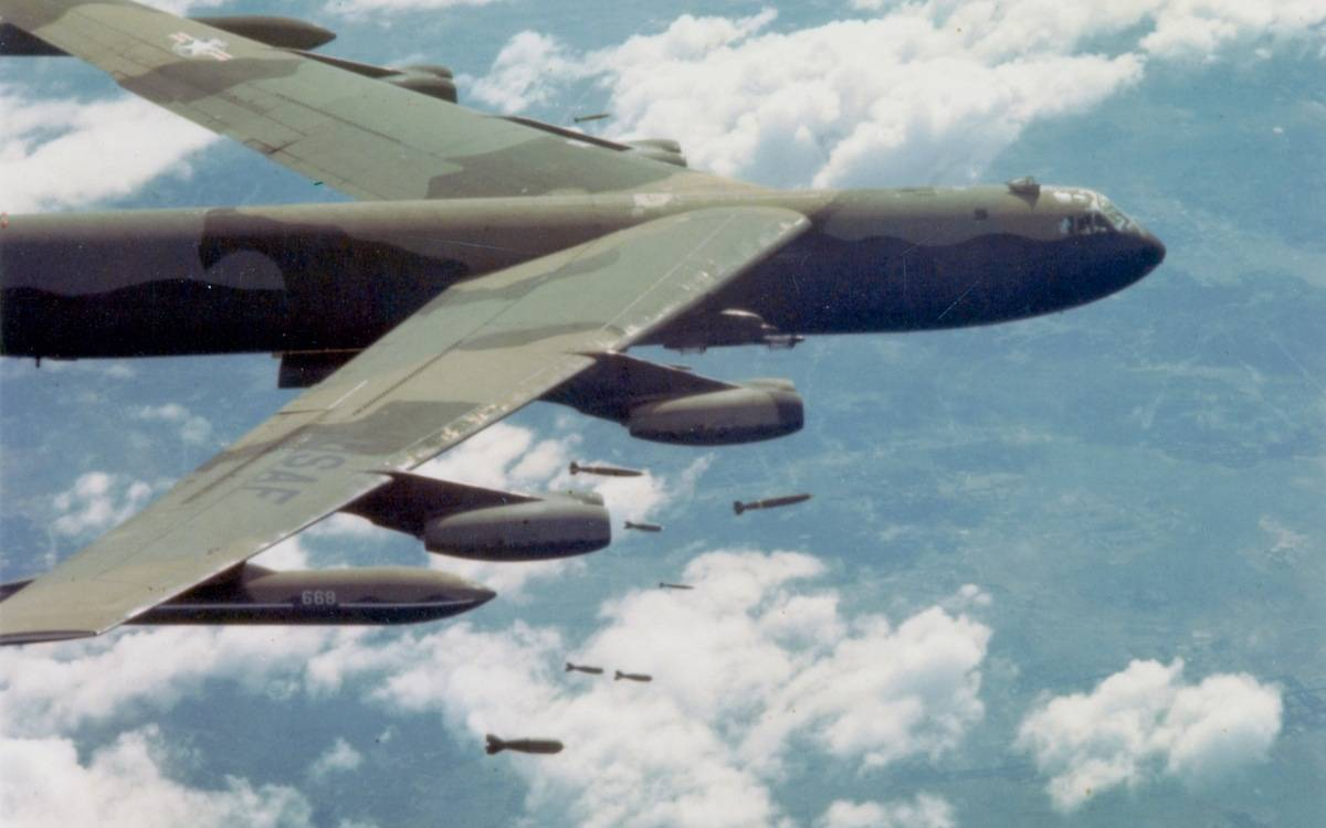 Bombardeiro Boeing B-52D-35-BW Stratofortress da US Air Force largando bombas