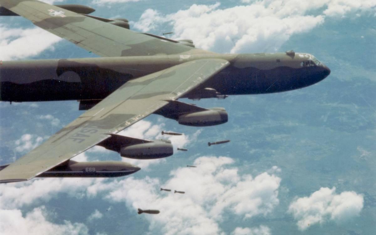 Bombardeiro Boeing B-52D-35-BW Stratofortress da US Air Force largando bombas