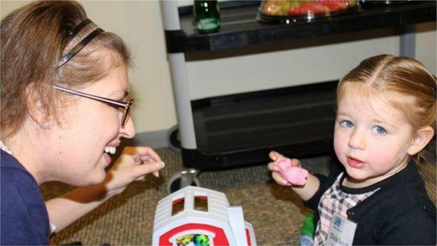 """Melissa, brincando com Olívia: """"Quero voltar a ser uma mãe para ela"""""""