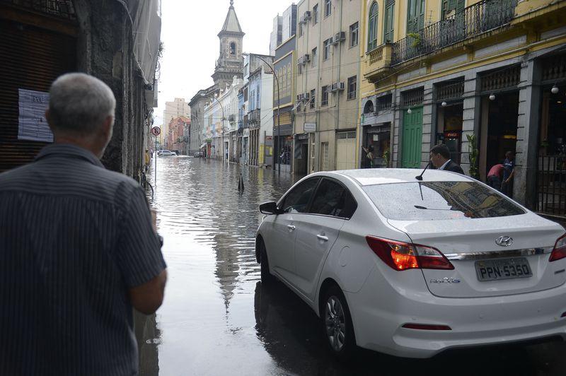 Forte chuva deixa diversas ruas alagadas no centro do Rio de Janeiro