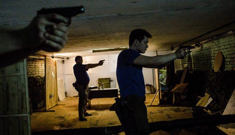 Participantes no curso do Reserv treinam o uso de pistolas Makarov