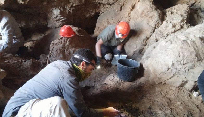O arqueólogo Ahiad Ovadia escava cuidadosamente a caverna 12, perto de Qumran