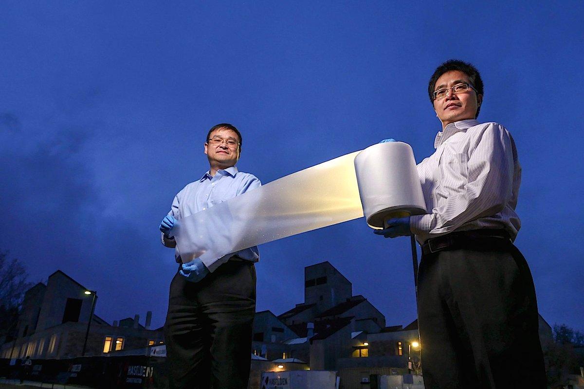 Yao Zhai e Gang Tan apresentam seu metamaterial irradiador de calor