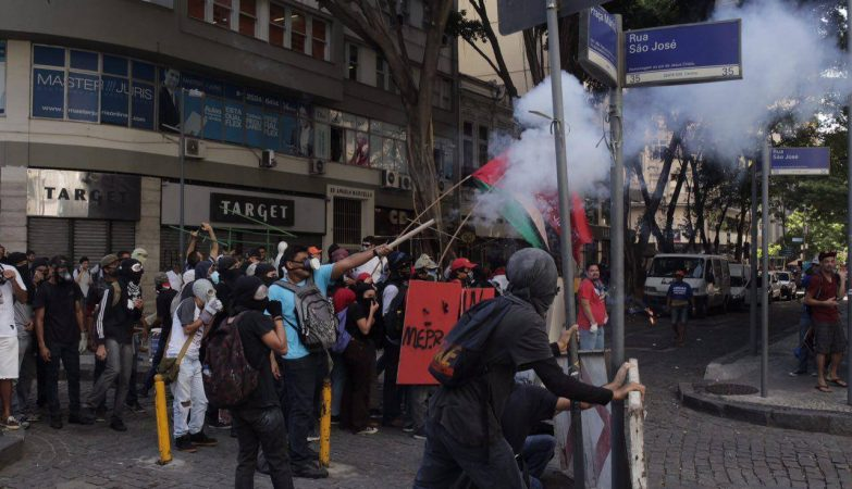 Manifestantes atiraram rojões e pedras contra a tropa, que reagiu com bombas de gás lacrimogêneo