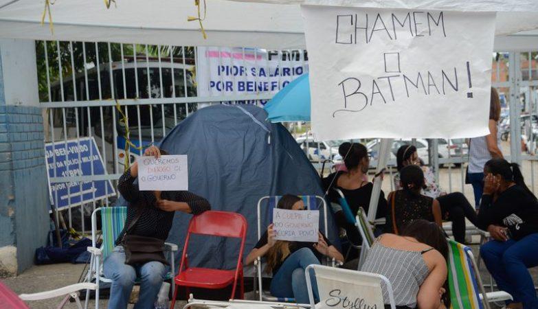 Mulheres e familiares de policiais continuam acampadas na porta dos Batalhões da Polícia Militar de Vitória