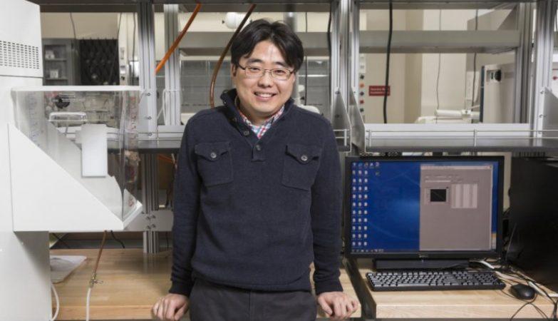 O cientista Seokheun Choi da a universidade de Binghamton, nos EUA