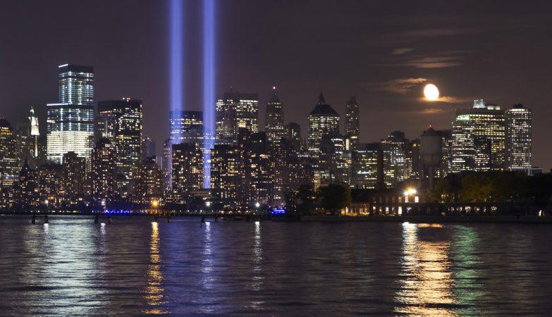 Luzes lembram a posição das torres destruídas nos ataques terroristas de 11 de Setembro em Nova York