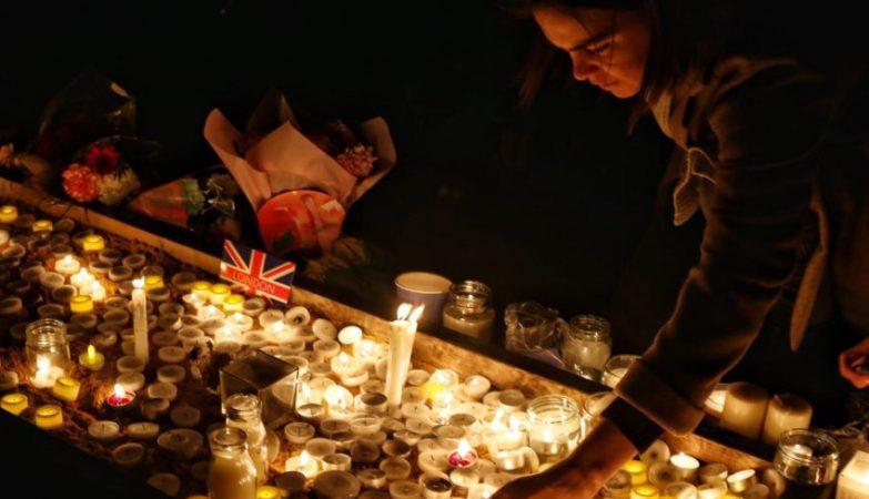 Homenagens as vitimas do atentado terrorista em frente  Parlamento Britanico