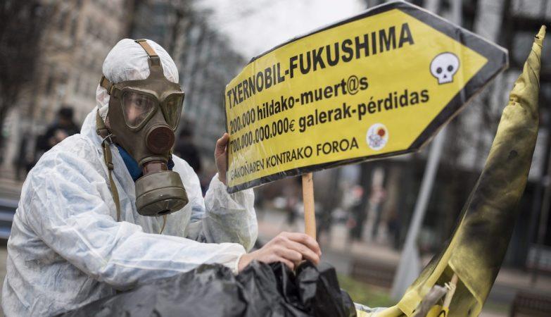 Activista contra energia nuclear Chernobyl Fukushima em protesto em Garona, Espanha