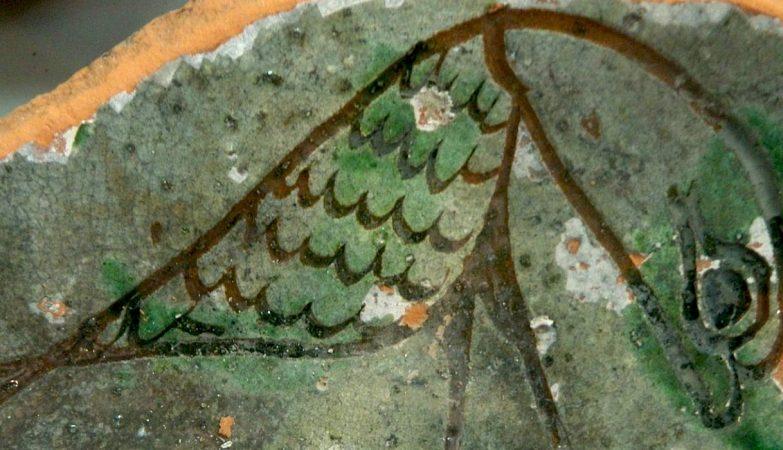 Uma taça envidraçada com decoração de motivos marinhos, encontrada nas escavações de Acre