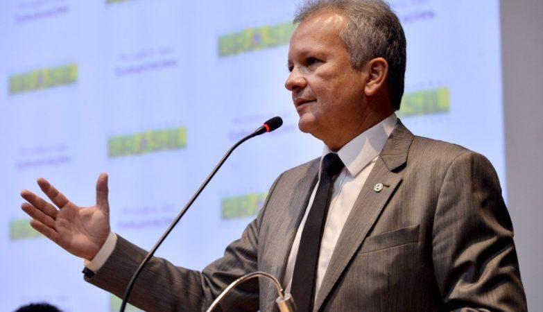 Figueiredo acusa Rodrigo Maia de ter colocado o PL em votação sem antes aprovar requerimento de urgência para a matéria
