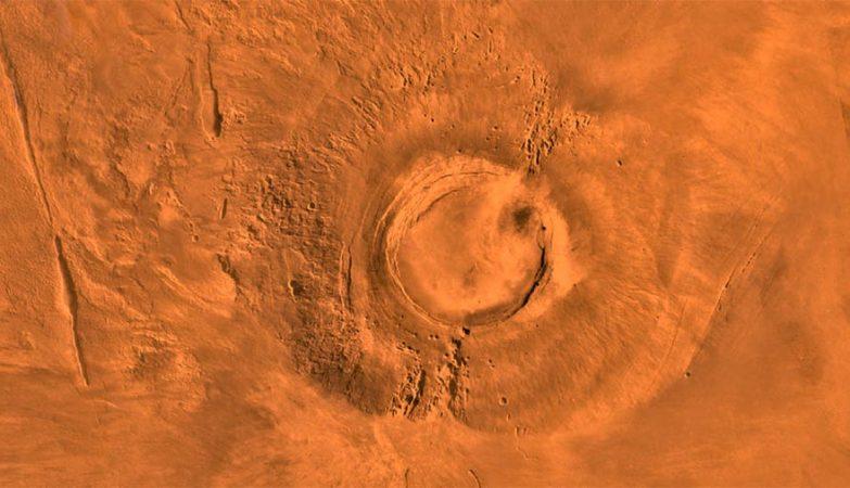 O extinto vulcão Arsia Mons, em Marte, captado por sonda da NASA no planalto Tharsis Montes