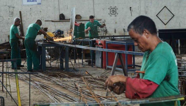 Detentos trabalham em galpão no Presídio de Itajubá, no sul de Minas Gerais