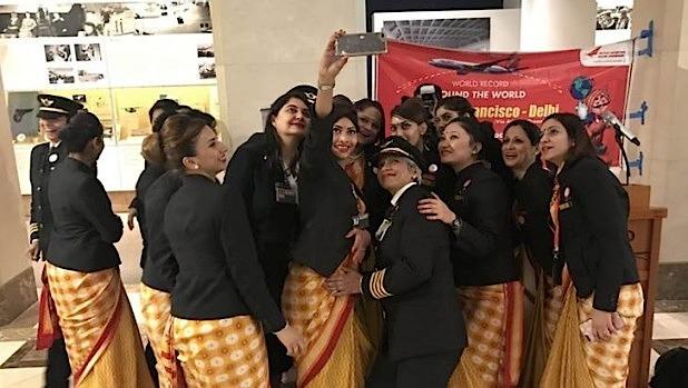 A tripulação tira uma selfie no aeroporto de São Francisco, nos EUA