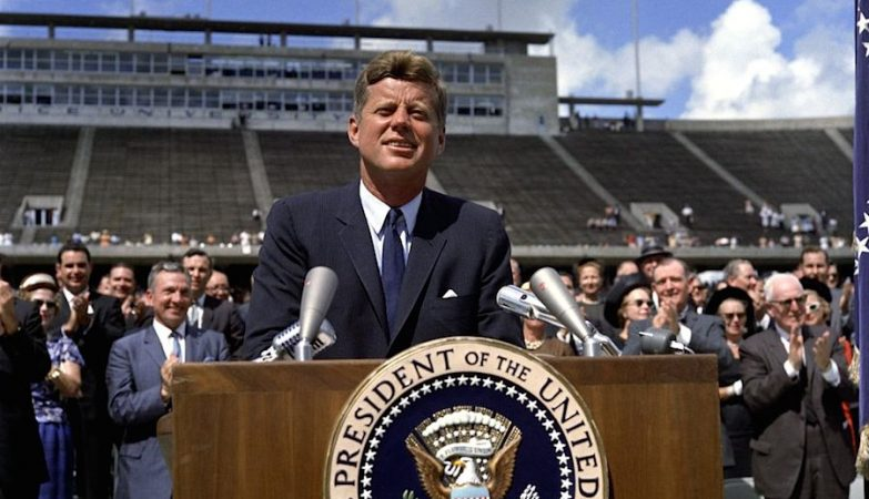 O presidente John F. Kennedy fala ao país sobre o esforço espacial, em discurso na Rice University, em Houston, Texas (1962)