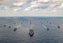 A frota de ataque do porta-aviõies norte-americano USS Carl Vinson com os destróieres japoneses Ashigara e Samidare