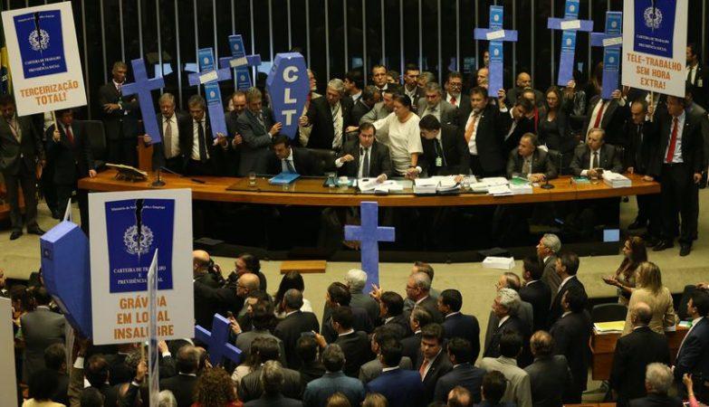 Deputados de partidos da oposição fizeram protesto durante a votação da reforma